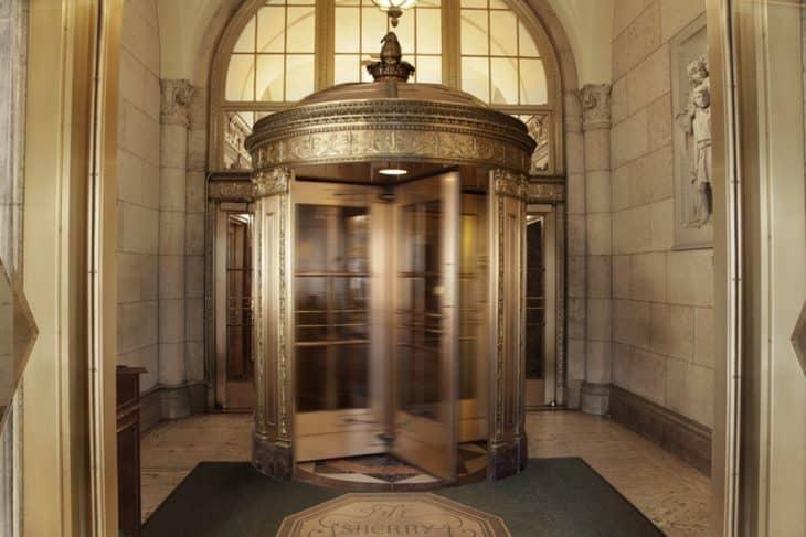 Вращающаяся дверь в отель Шерри Нидерланд