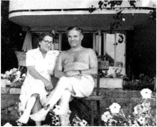 Тивадар и Эржебет Соросы у своего коттеджа